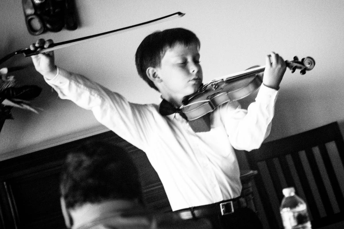 Young male violinist competition in the 2017 Madeline Schatz-Harris Youth Concerto Competition